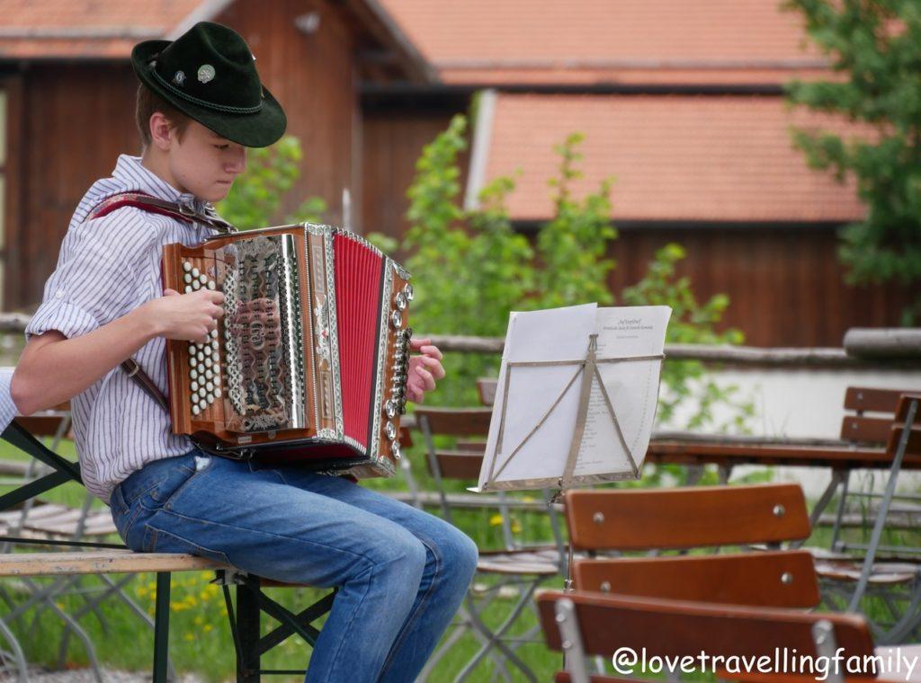 Kramerladen Freilichtmuseum Glentleiten Bayern mit Kind