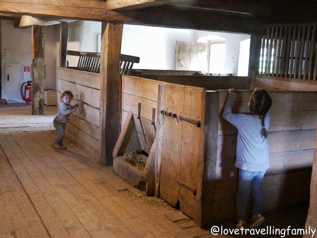Stall Freilichtmuseum Glentleiten Bayern mit Kind