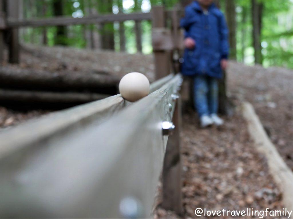 Waldkugelbahn Freilichtmuseum Glentleiten Bayern mit Kind