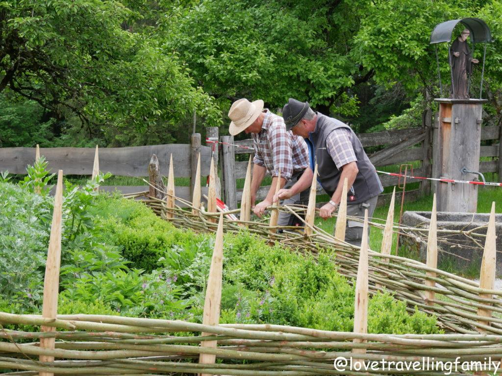 Weide Gartenzaun Freilichtmuseum Glentleiten Bayern mit Kin